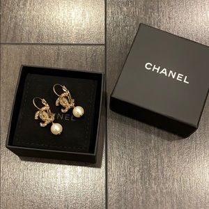AUTHENTIC CHANEL CC GOLD TONE EARRINGS W/ PEARLS